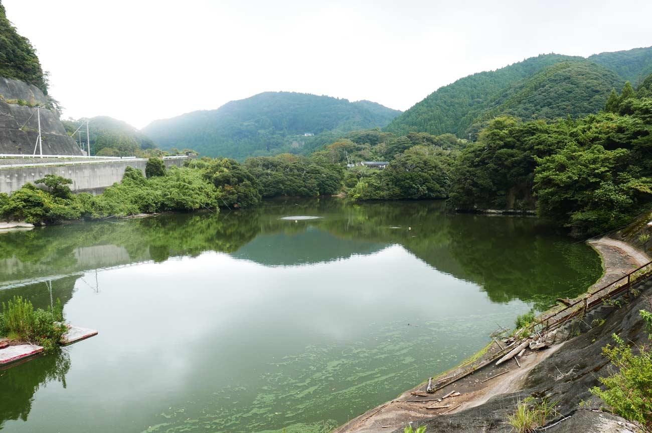 小向ダムを県道反対側から撮影