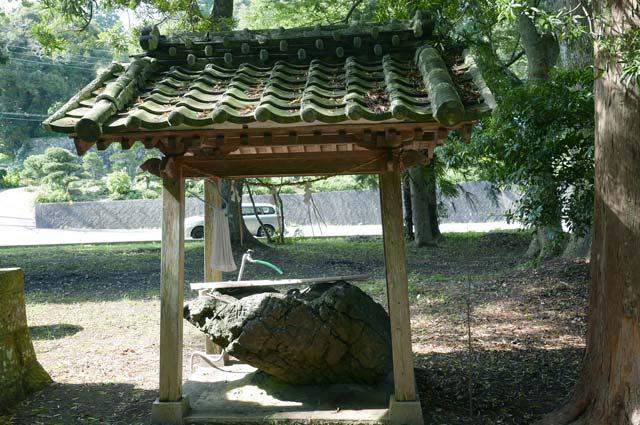 手水舎と手水石の画像