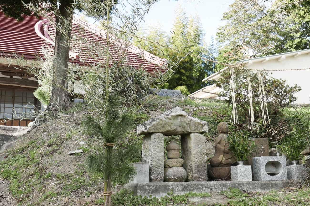 参道途中の石碑の画像