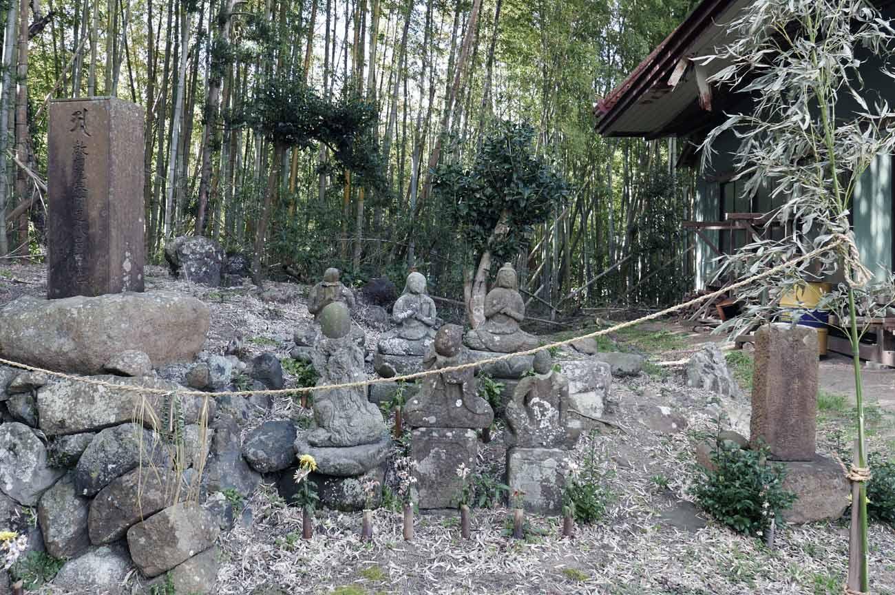 本堂左の石像画像