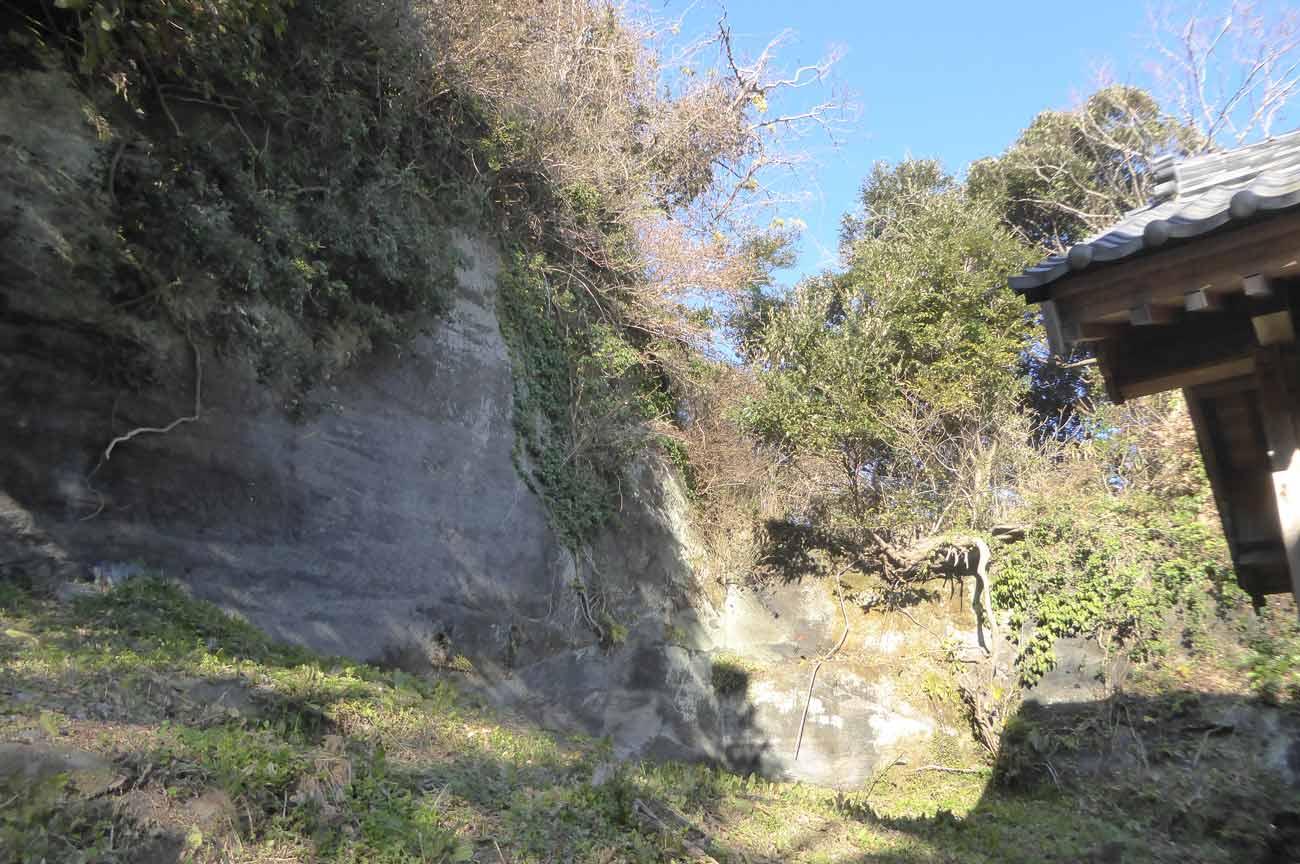 本殿裏の大岩の画像