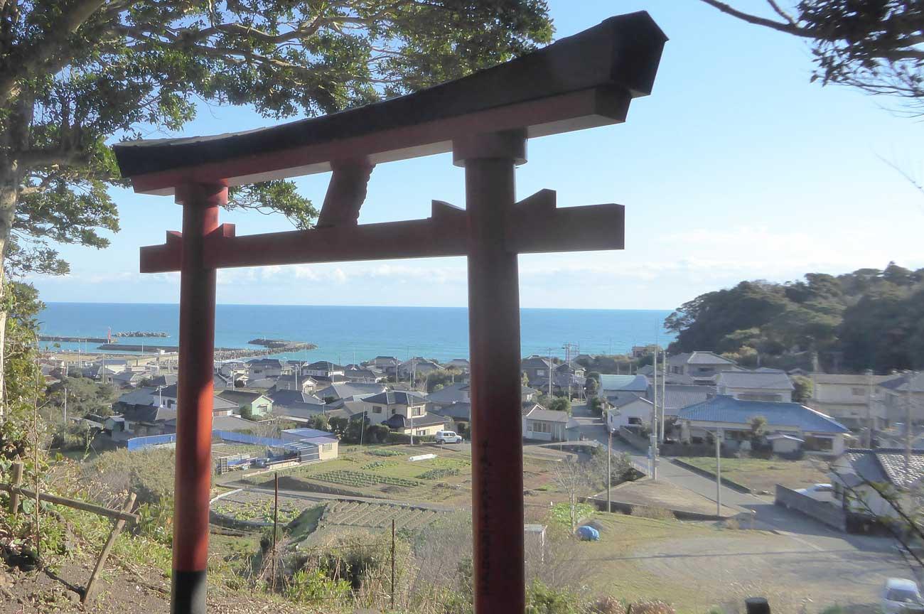 境内から和田漁港を望む