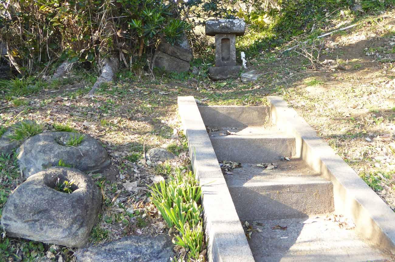 参道途中にある石宮の画像