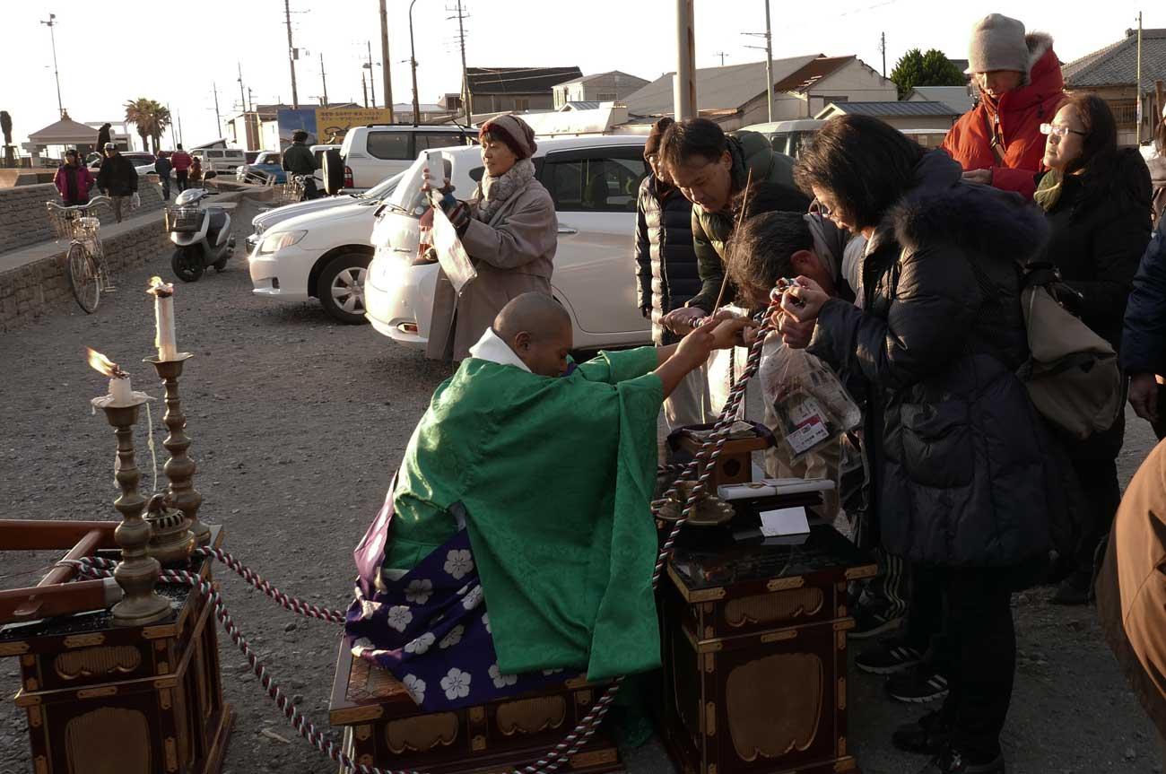 千倉観音の前で祈願する僧侶の画像