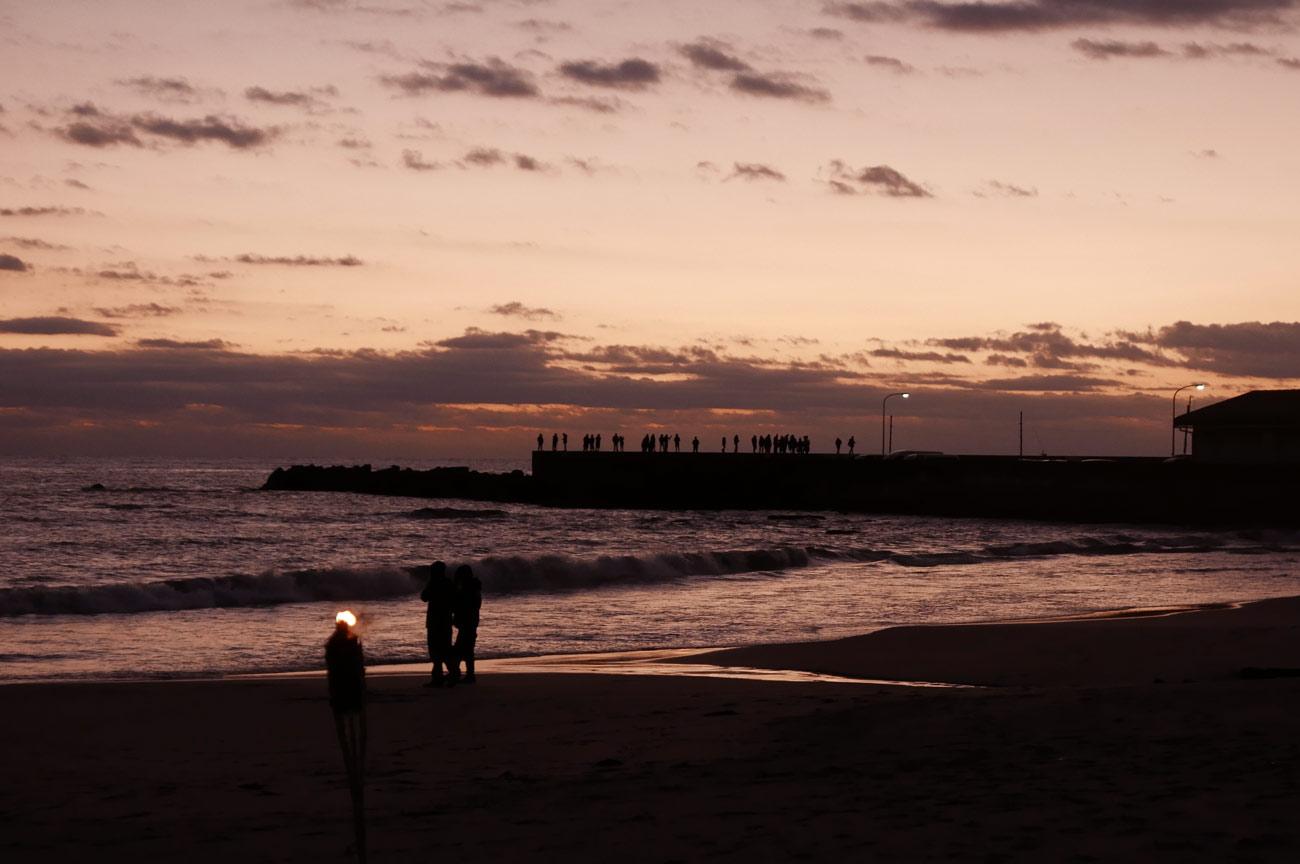 千倉港で日の出を待つ人々の画像
