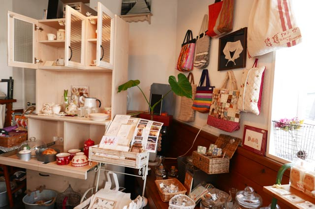 バックや食器の雑貨コーナーの画像