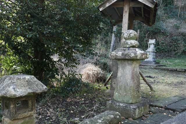 熊野神社の石灯籠(左)の画像
