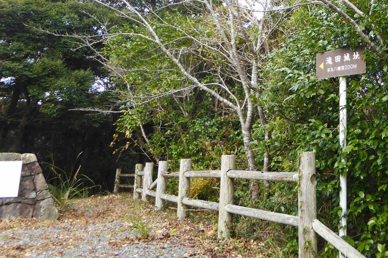 伏姫八房翔天の像横の道