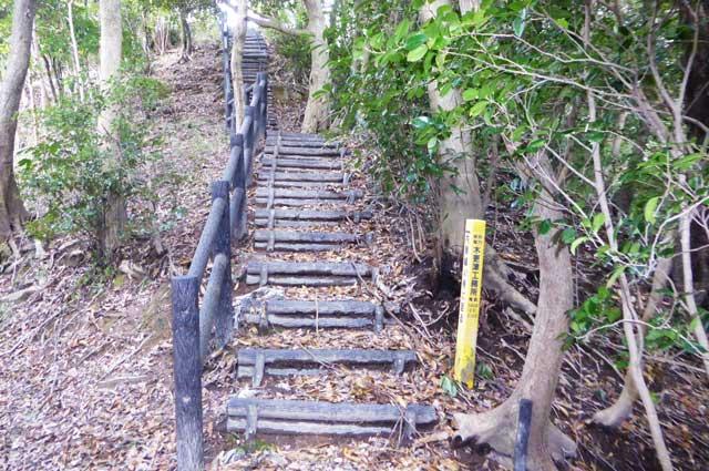 堀切への階段