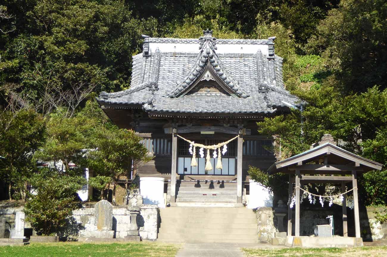 豊受神社の境内と拝殿の画像