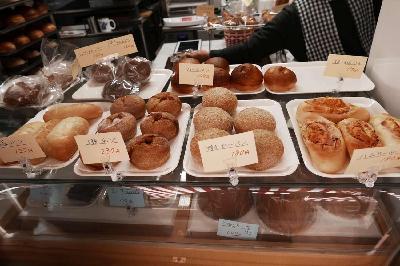 塩パン、シフォンケーキ、焼きカレーパンの画像