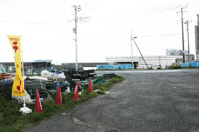 店舗敷地から白子漁港を望む