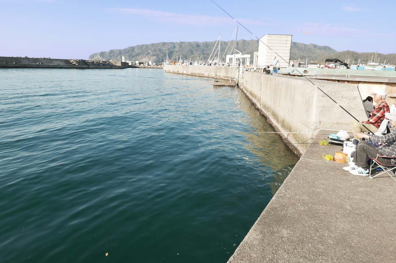 保田港内の防波堤の画像