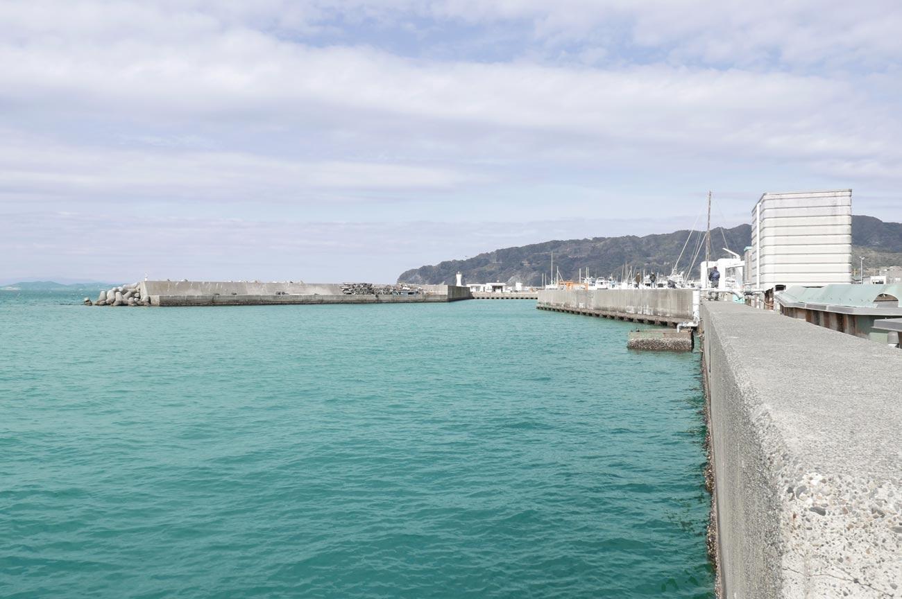 海に向かって右側の堤防の画像