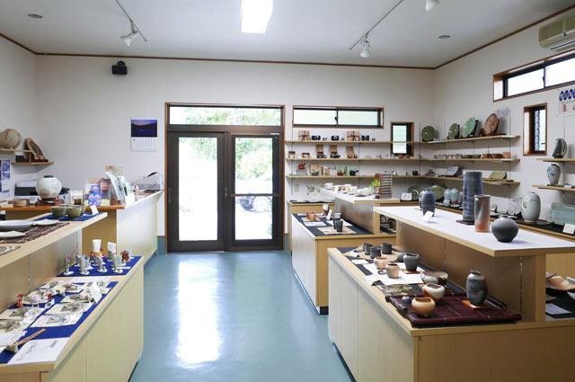 鴨川陶芸館入口の展示コーナー