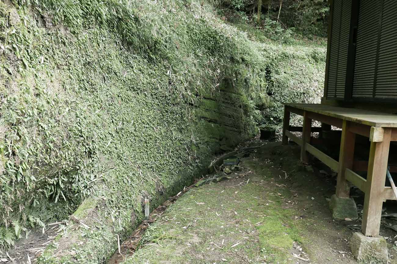 本堂横の岩の画像