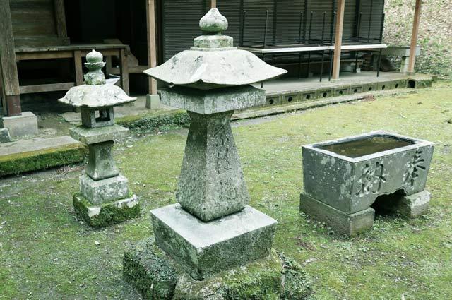 風早不動尊の石灯籠(右)の画像