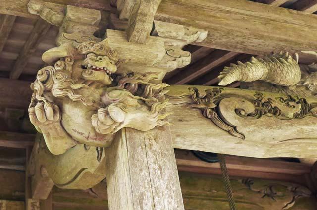 後藤義光の木鼻(左)の彫刻