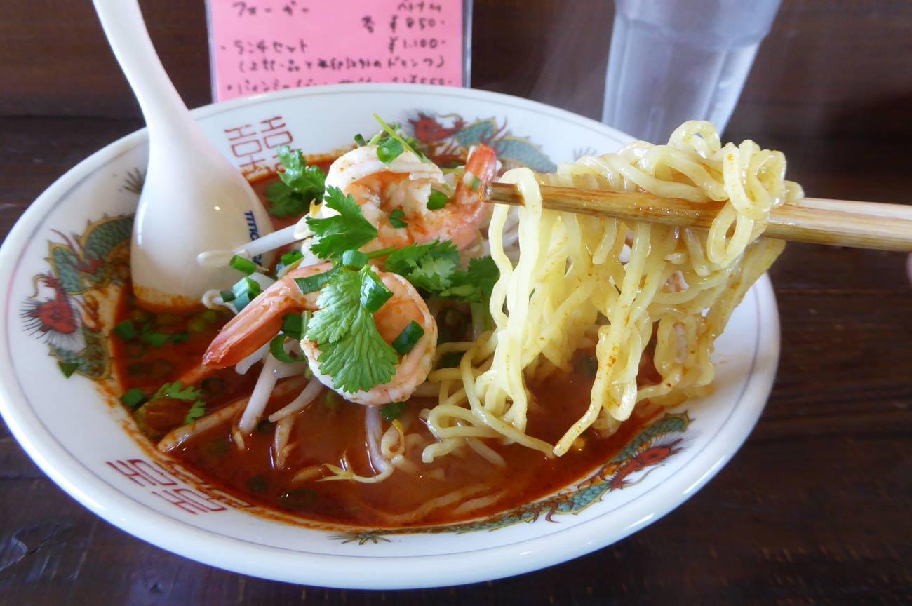 トムヤムクンラーメンの麺のアップ