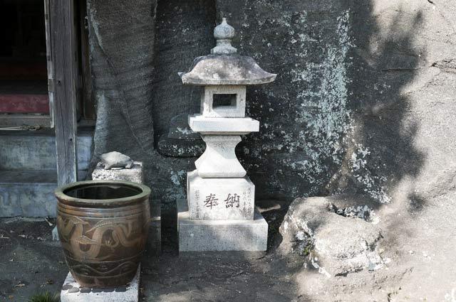 弁天神社の石灯籠(左)