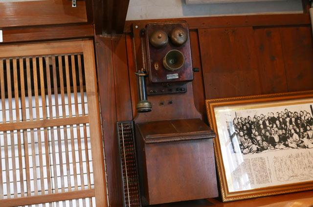 昔の木の電話機