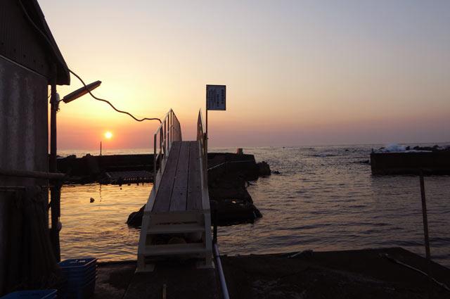 桟橋にかかる朝日の画像