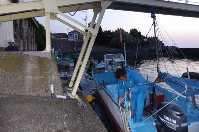 出漁前の漁船の画像