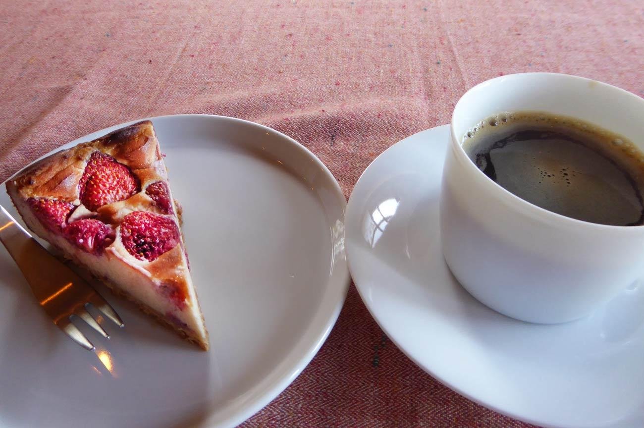 いちごの豆乳ヨーグルトケーキとタンポポコーヒー
