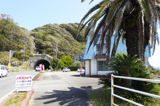 店舗前のトンネル