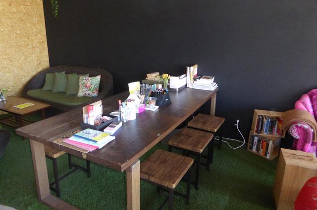 シロクロアートのテーブル席の画像