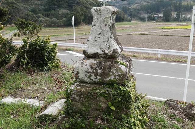 八雲神社の石灯籠(右)