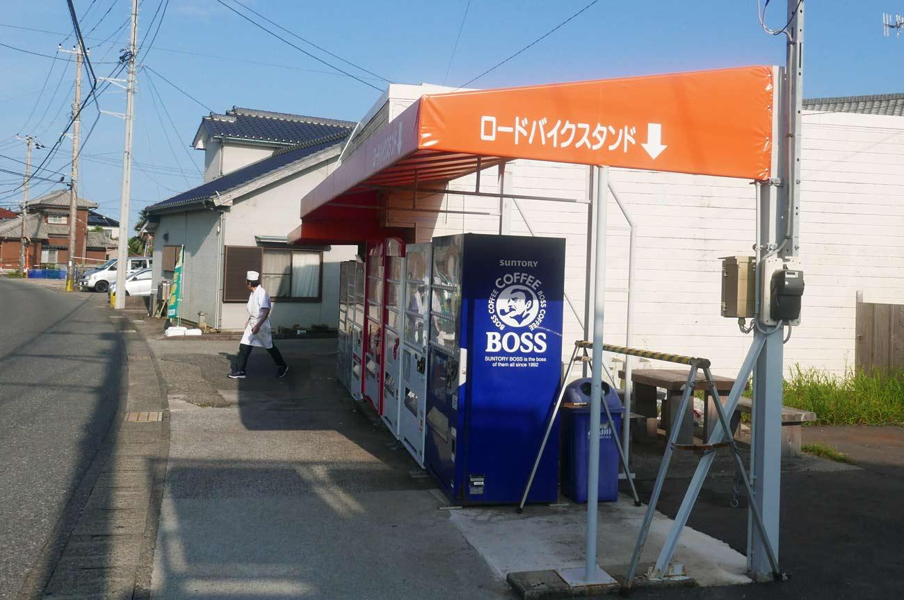 おでんの自動販売機とロードバイクスタンド