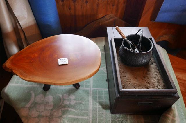 火鉢とテーブル