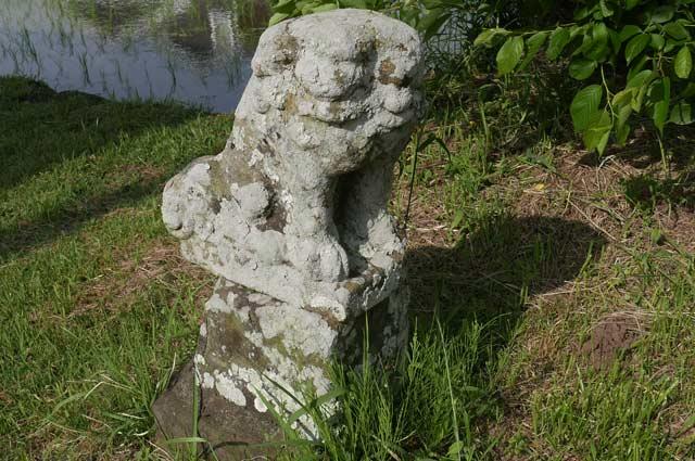 最初の狛犬(左)の画像