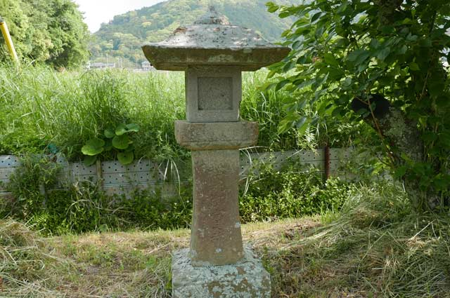 男金神社の石灯籠(右)の画像