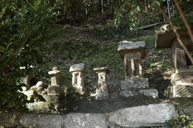 諏訪神社の拝殿左の石宮