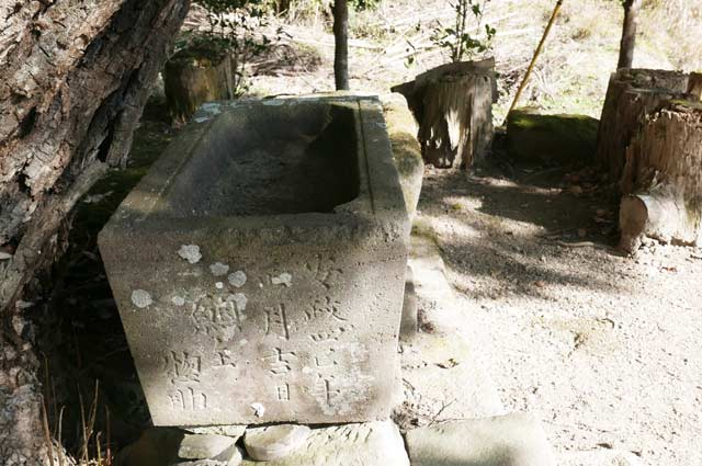 諏訪神社の手水石の画像