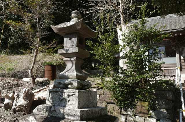 諏訪神社の常夜灯(左)の画像