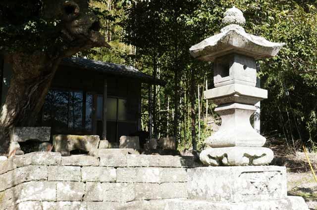 諏訪神社の常夜灯(右)の画像
