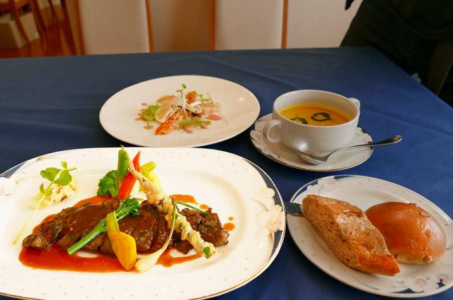 ステーキと前菜の画像