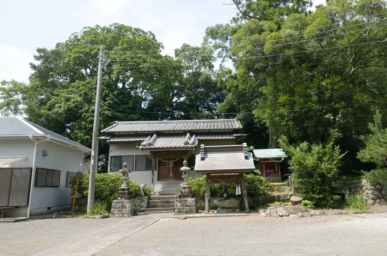 八雲神社拝殿と手水舎の画像