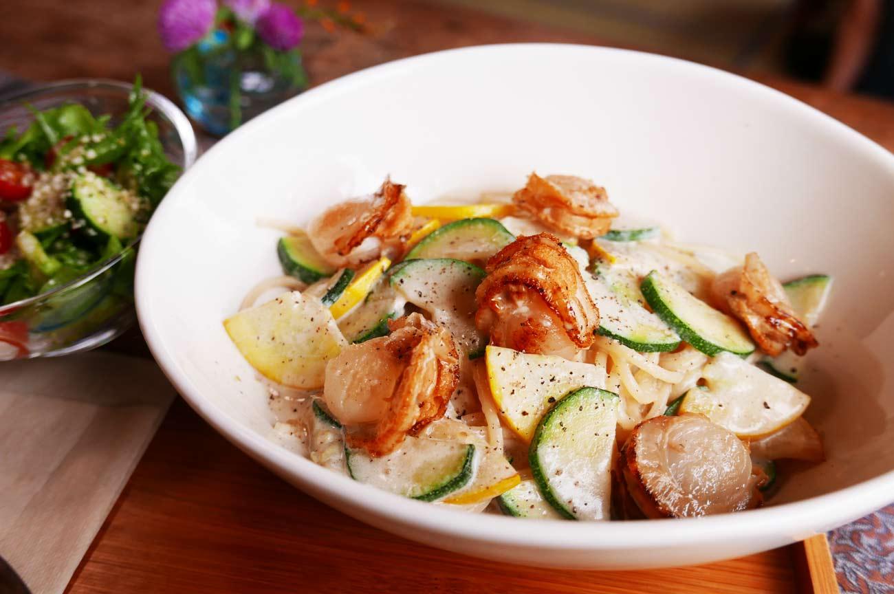 季節野菜とベビーホタテの豆乳クリームパスタ&サラダの画像