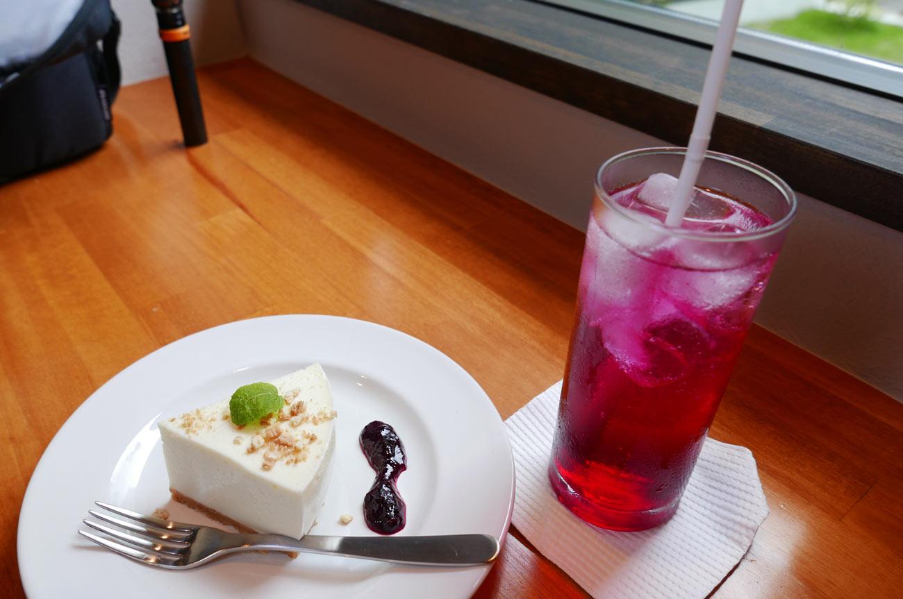 レアチーズケーキと赤しそのジュースの画像