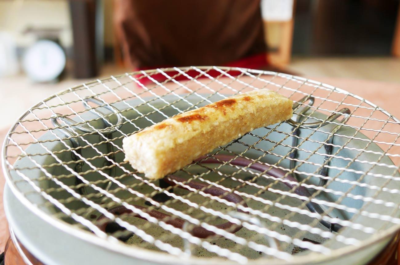 玄米餅の網焼きの画像