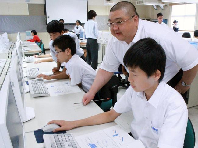 館山総合高等学校プログラミング教室 優しく教える平塚 尊明 教諭