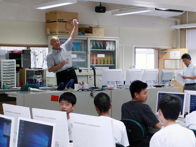 館山総合高等学校プログラミング教室 熱弁を振るう寺本教諭