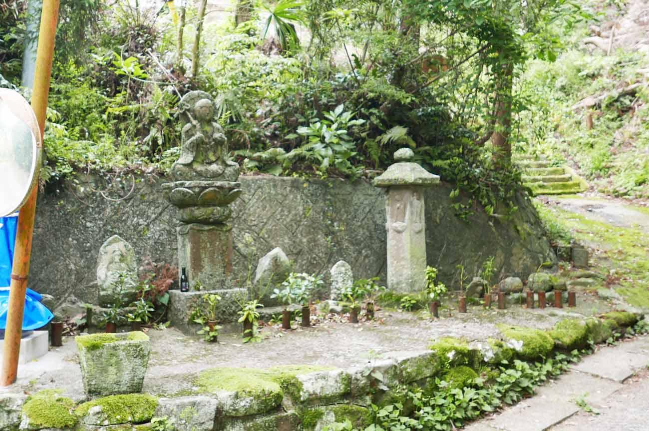 境内入口の石像