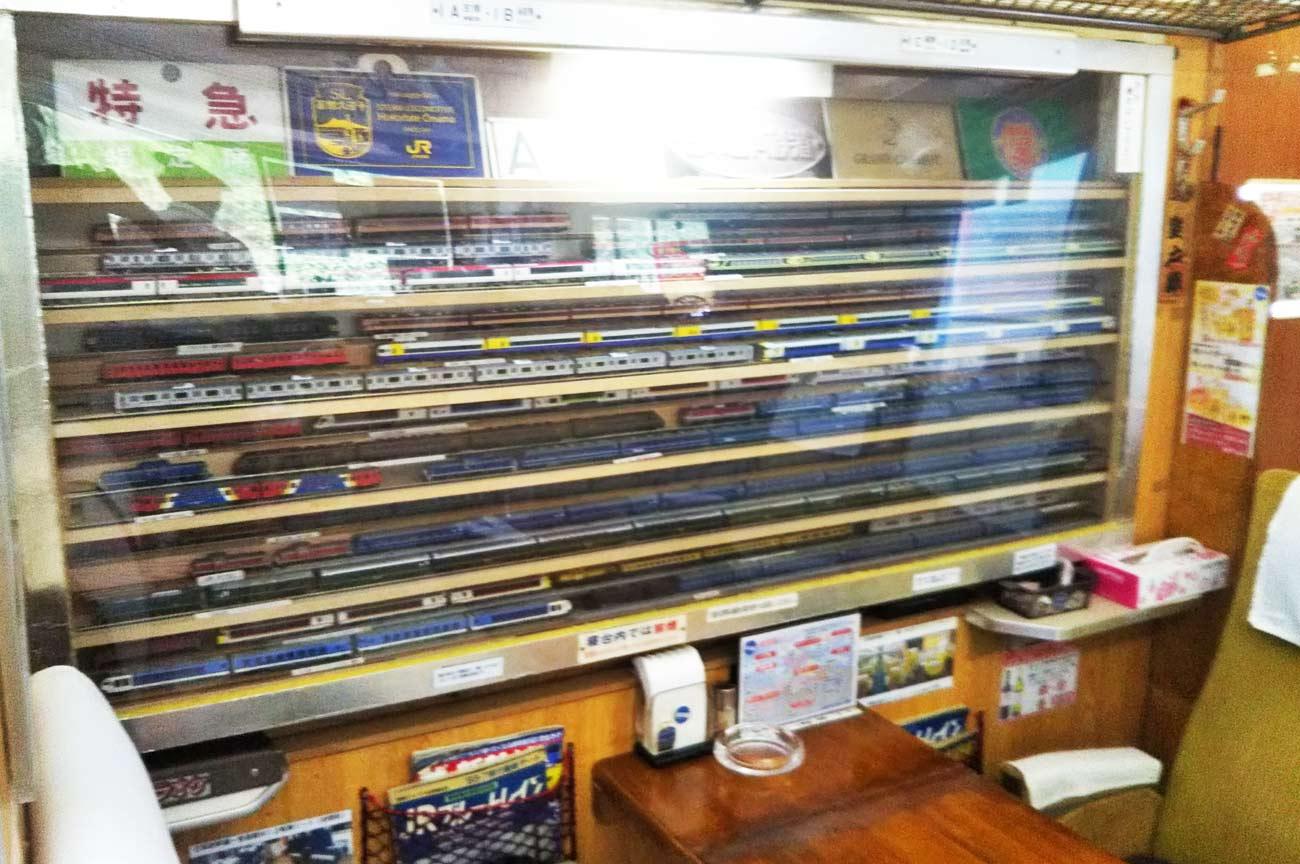 店内の鉄道模型の画像