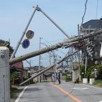 電信柱が折り重なる館山市内
