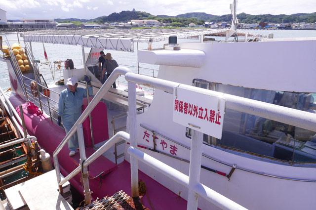 海中観光船の乗船所の階段